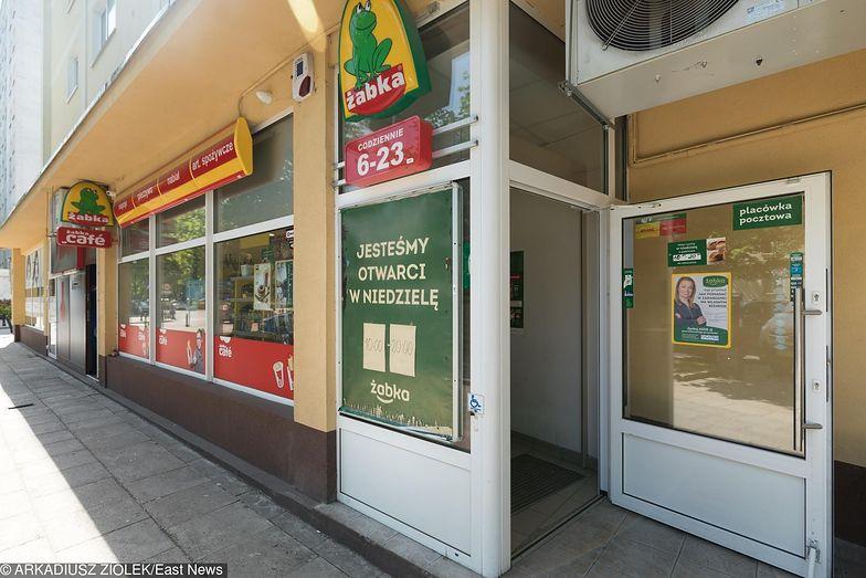 Poszczególne sklepy Żabki reklamują się hasłem, że są otwarte w niedziele