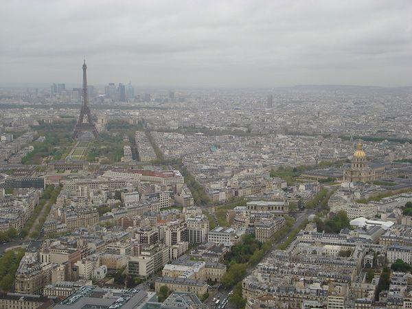 Smog w Paryżu. Zakaz wjazdu dla kierowców z nieparzystymi numerami rejestracyjnymi