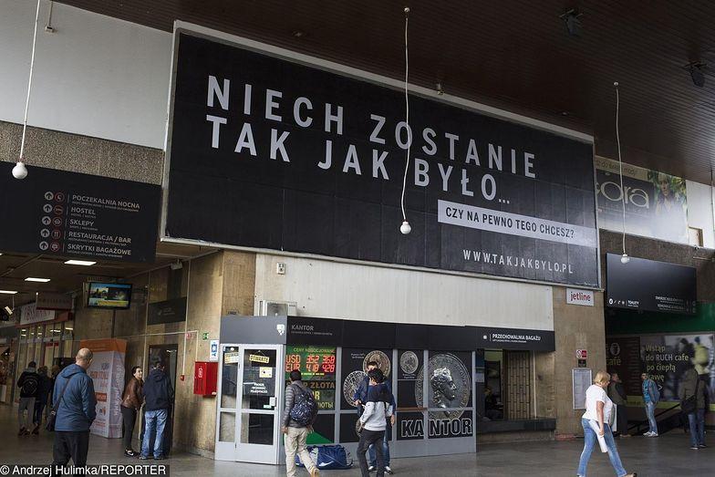 Pieniądze na realizację kampanii miała przekazać Polska Fundacja Narodowa. Ta z kolei finansowana jest przez spółki skarbu państwa.