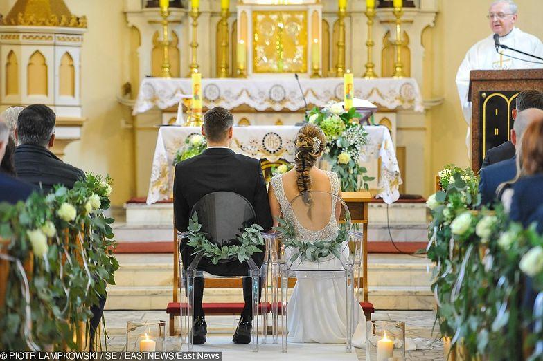 """Ile kosztuje ślub? Kwiaty, fotograf, wesele to niejedyne koszty. Trzeba doliczyć często też """"coś"""" dla księdza"""