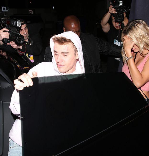 Zmęczony Justin Bieber wychodzi z imprezy w towarzystwie żony i sióstr Kardashian (FOTO)