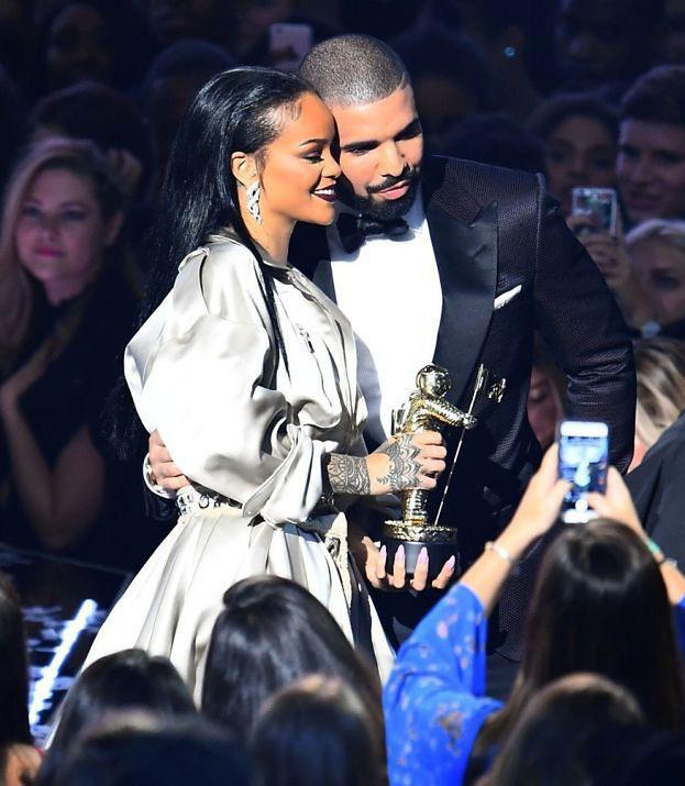 To już pewne: Rihanna i Drake są parą! POCAŁOWALI SIĘ NA SCENIE...