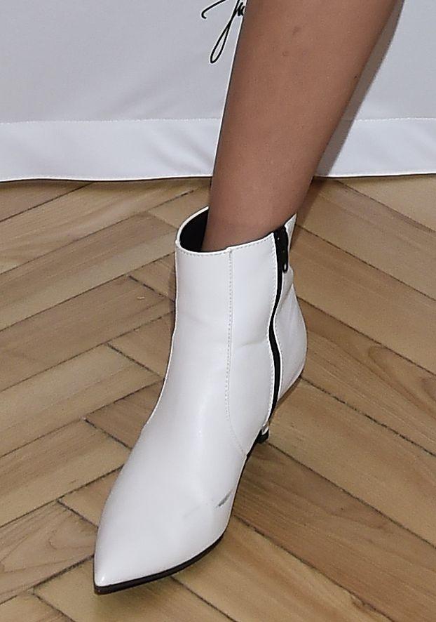 Podekscytowana Julia Wieniawa pozuje na promocji butów