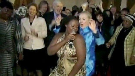 Hillary Clinton tańczy na bankiecie!
