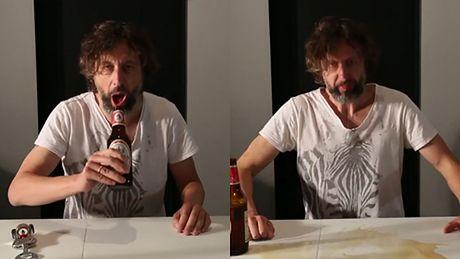 """Majewski pokazuje, jak pić Ciechana """"po męsku""""..."""