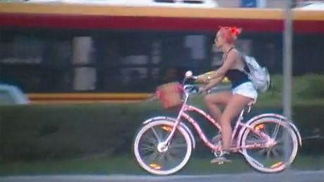 Samotna Doda na rowerze...