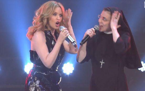 Kylie Minogue na scenie ze ŚPIEWAJĄCĄ ZAKONNICĄ!