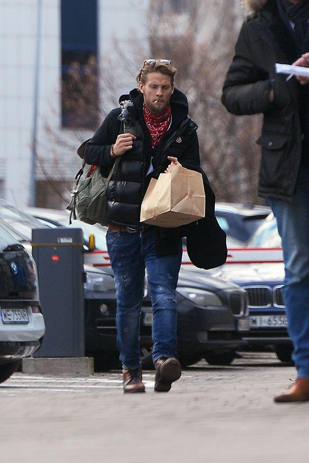 Sebastian Fabijański z papierosem w serwisie samochodowym (ZDJĘCIA)