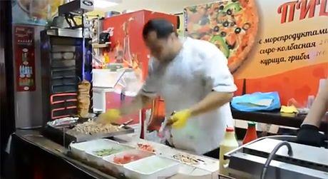 Mistrz robienia kebaba? Żongluje nożem!