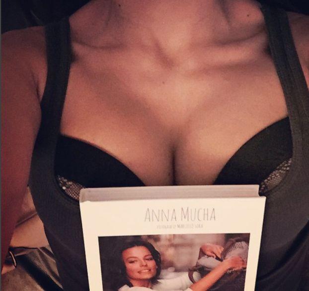 """Anna Mucha kusi biustem spod wachlarza na Instagramie: """"Uff, jak gorąco!"""""""