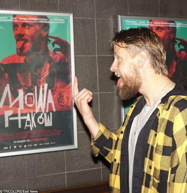 """Sebastian Fabijański SUSZY JĘZORA i """"jedzie po show biznesie"""" na ściance. Zapomniał już, jak bardzo gardzi tym środowiskiem? (FOTO)"""
