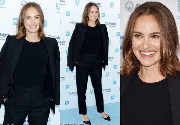 Pogodna Natalie Portman w czarnym garniturze uśmiecha się na ściance