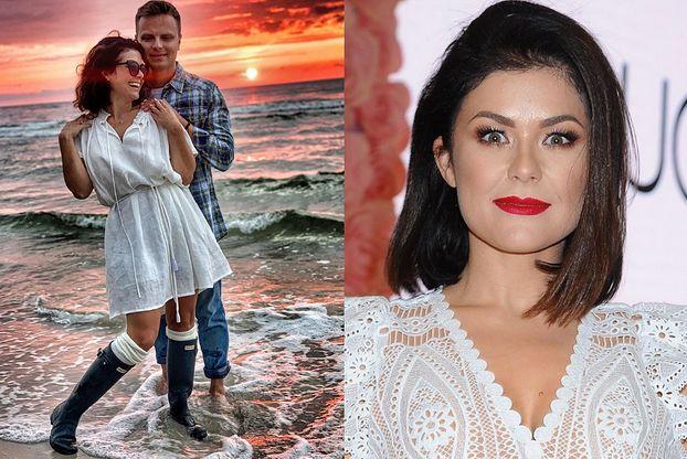 """Katarzyna Cichopek poszła na plażę... w gumiakach. Fani zdezorientowani: """"Aura letnia, romantyczna, a tu KALOSZ"""""""