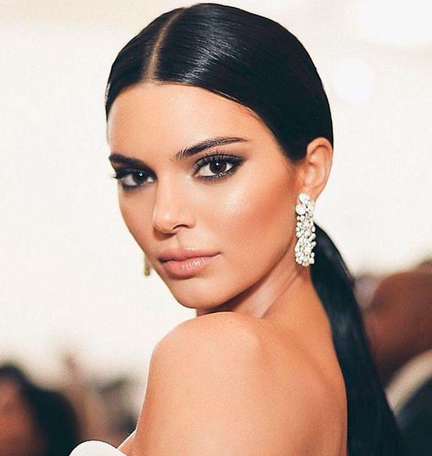 """Kendal Jenner twarzą kosmetyków na trądzik. Fani: """"Chyba sobie żartujesz! To żałosny płacz dla odrobiny uwagi"""""""