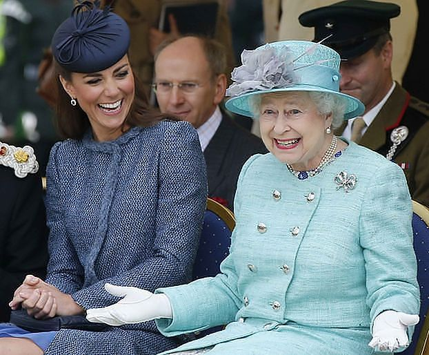 """Królowa Elżbieta zachwyca się księżną Kate. """"Dzięki niej rodzina królewska wydaje się PRAWIE normalna"""""""