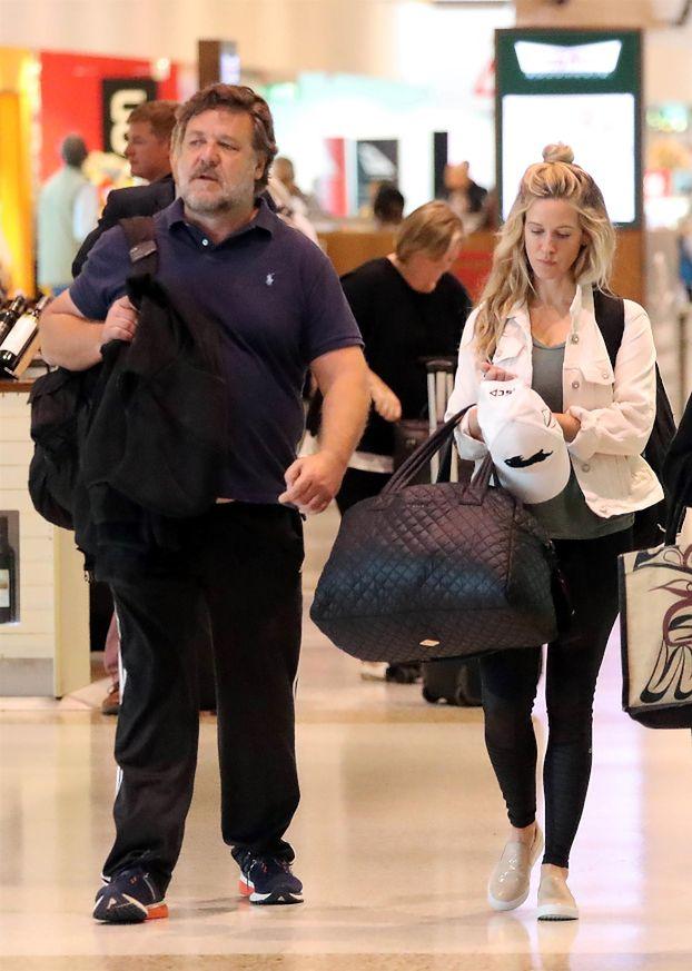 Ogromny Russell Crowe GRZEBIE W MAJTKACH w towarzystwie młodej asystentki (FOTO)