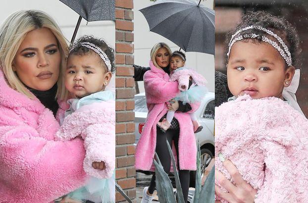 Smutna Khloe Kardashian z True na rękach przemierza deszczowe Calabasas (ZDJĘCIA)