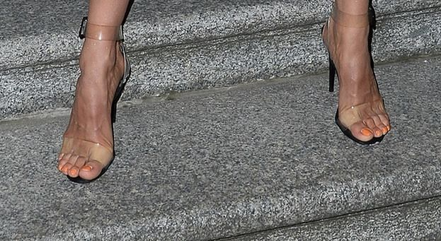 Natalia Szroeder w legginsach na rower i butach a'la Kim Kardashian szura palcami po chodniku (FOTO)