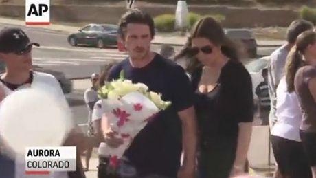Christian Bale złożył kwiaty w miejscu masakry