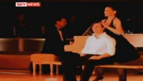 Katie i Tom tańczą i śpiewają...