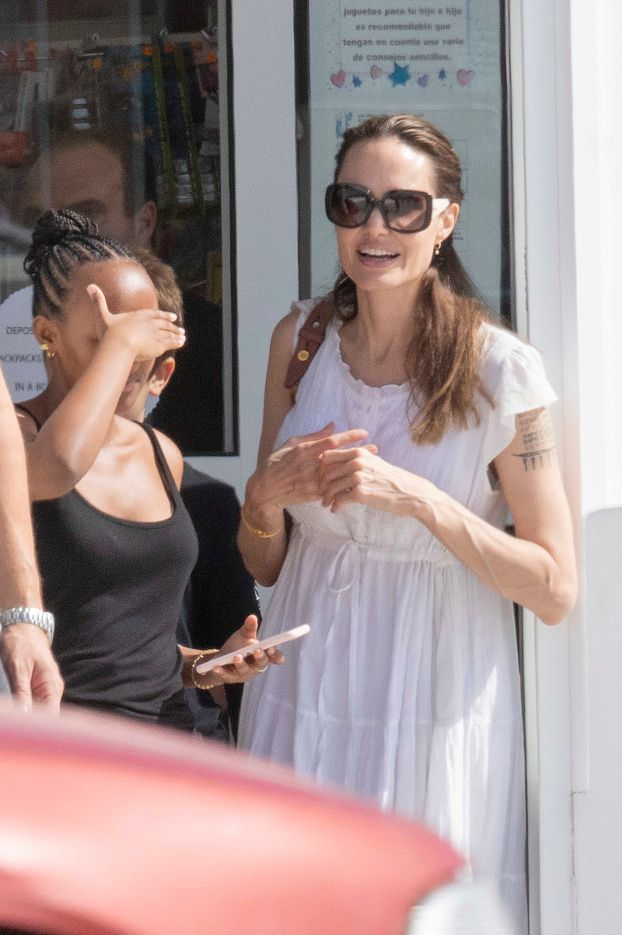 Skromna Angelina Jolie oddaje się shoppingowi w towarzystwie trójki pociech na Fuerteventurze (ZDJĘCIA)