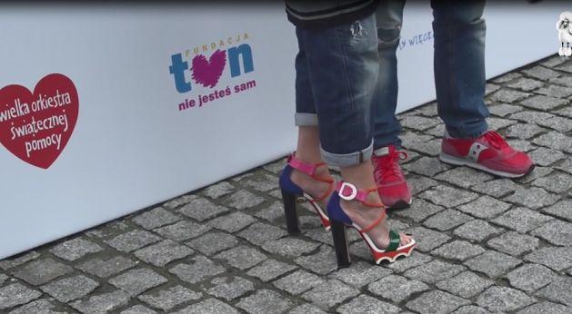 Monika Olejnik rozdaje autografy w butach za 3,5 TYSIĄCA