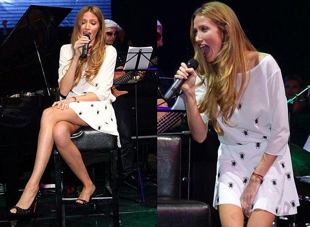 """Długie nogi """"Rozz"""" na fortepianie... SEKSOWNA?"""