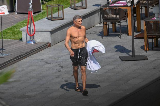 Adam Nawałka w samych szortach pręży się nad basenem! Sexy? (ZDJĘCIA)