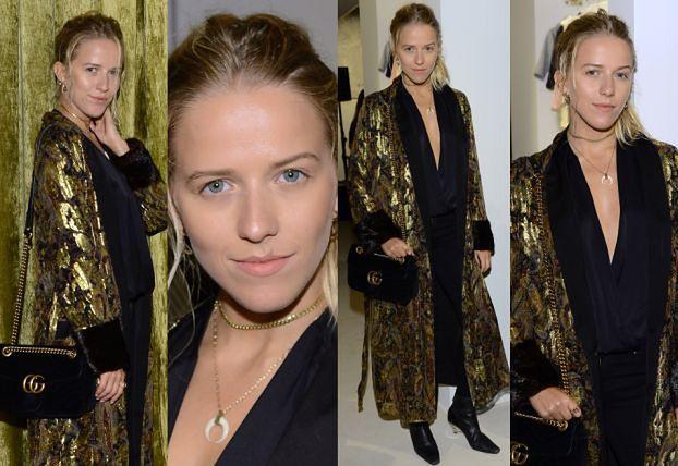 Jessica Mercedes pozuje w złotym szlafroku