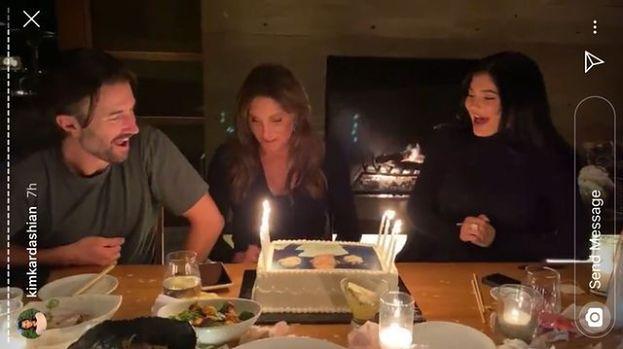 """Urodziny Caitlyn Jenner: nieobecność Khloe, intrygujący tort i smutna refleksja solenizantki. """"Chciałabym częściej was widywać"""""""