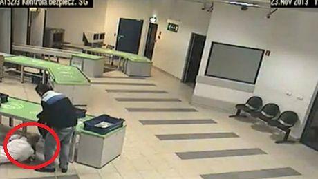 Pracownik lotniska złapał dziecko... W OSTATNIEJ CHWILI!