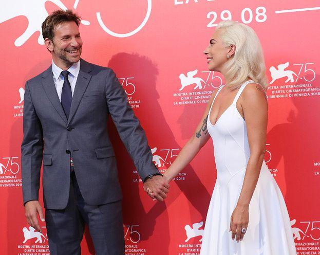 Lady Gaga i Bradley Cooper jednak MAJĄ ROMANS? Fani dopatrzyli się śladów jej szminki na jego twarzy... (FOTO)