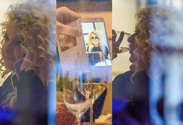 Magda Gessler pije wino i robi sobie zdjęcia... (FOTO)
