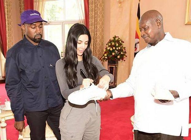 Kanye West i Kim Kardashian wręczyli buty prezydentowi Ugandy (FOTO)