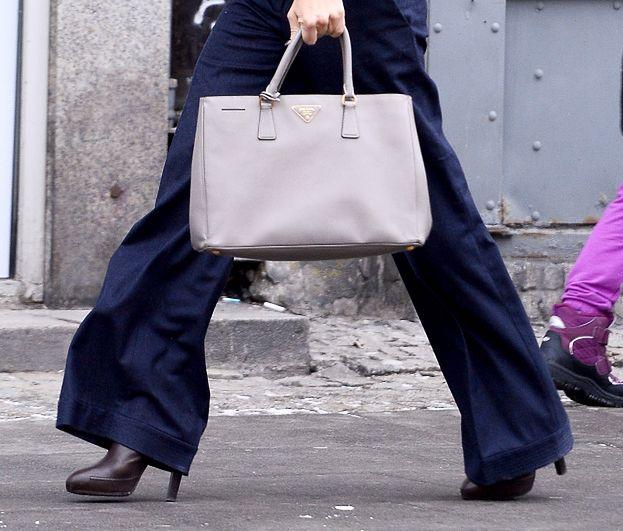 Kinga Rusin na spacerze z torebką Prady za… 11 tysięcy! (ZDJĘCIA)