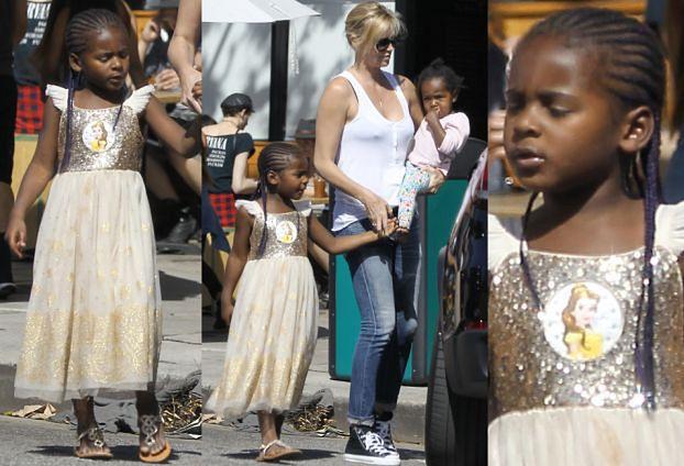 Charlize Theron spaceruje z... synem w sukience (ZDJĘCIA)