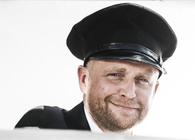 """Piotr Adamczyk jako kierowca-bigamista w """"Mayday"""". Tego jeszcze nie było"""