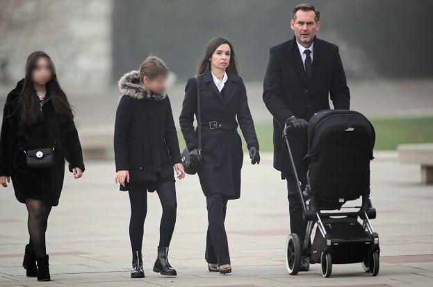 Marta Kaczyńska z mężem i dziećmi odwiedza grób rodziców na Wawelu