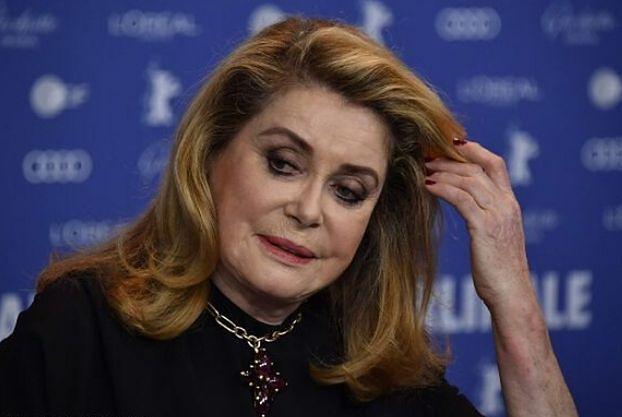 Catherine Deneuve TRAFIŁA DO SZPITALA! 76-letnia aktorka jest w stanie ciężkim