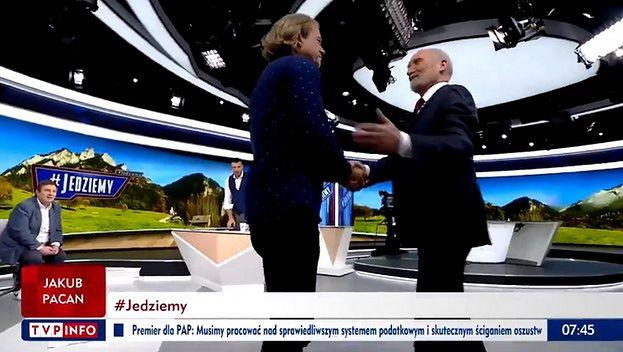"""Niezdrowo podekscytowany Jarosław Jakimowicz ściska dłonie Antoniego Macierewicza w programie TVP: """"Jestem DUMNY I ZASZCZYCONY"""""""