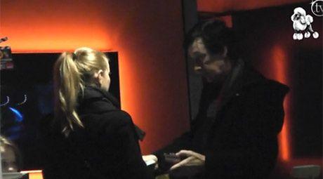 Borysewicz daje dziewczynie pieniądze...