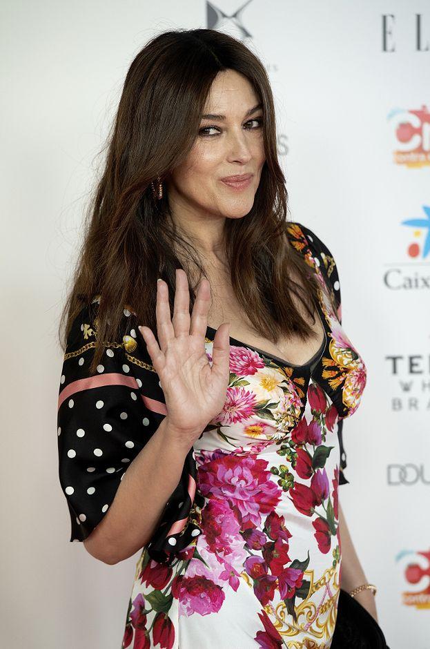 Monica Bellucci pozuje w sukience za 16 tysięcy z brodatym partnerem