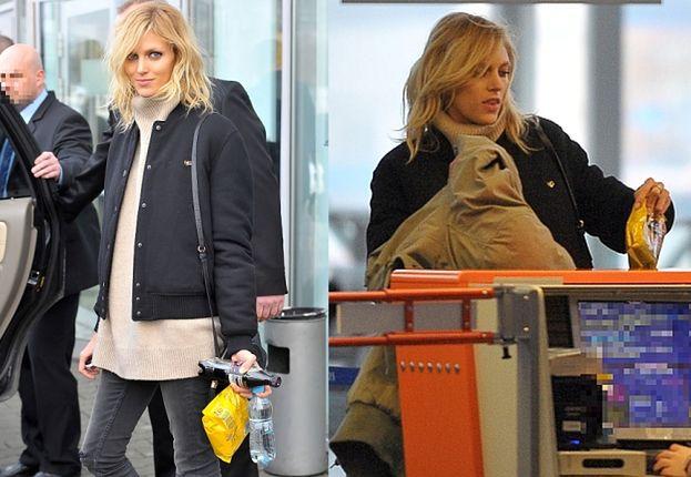 Anja na lotnisku z... paczką paluszków (ZDJĘCIA)