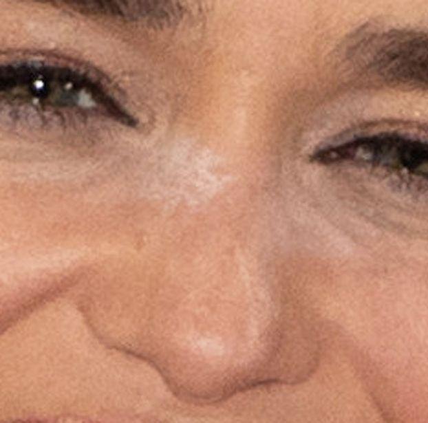 Emilia Clarke pozuje z białym proszkiem na nosie na imprezie w Berlinie (FOTO)