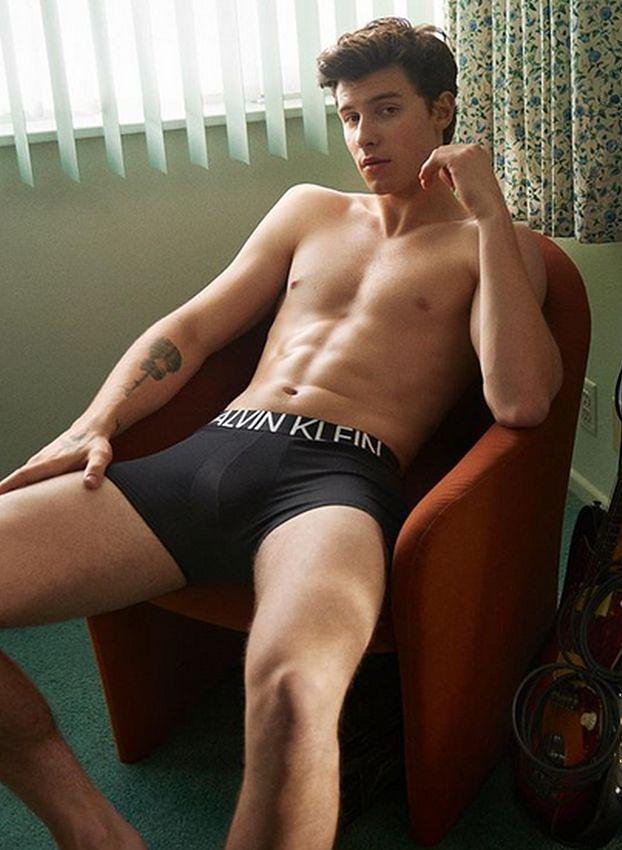 Shawn Mendes chwali się ciałem w kampanii Calvin Klein. Seksowny?