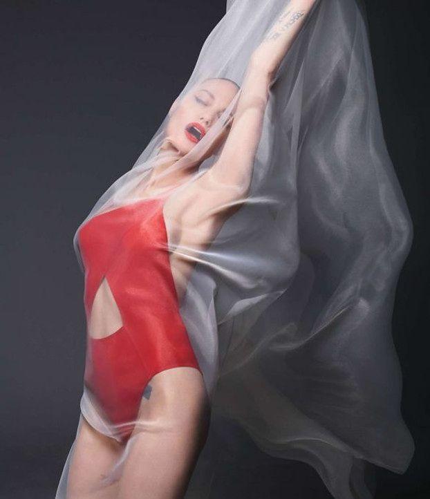 """Naga Angelina Jolie eksponuje wyjątkowo szczupłą sylwetkę w odważnej sesji dla """"Harper's Bazaar"""" (ZDJĘCIA)"""