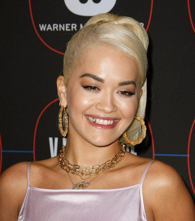 Rita Ora chwali się złotym zębem na imprezie przed galą Grammy