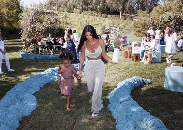 """Kim Kardashian pokazała zdjęcia z baby shower. """"To najspokojniejsze ze wszystkich naszych dzieci"""" (FOTO)"""
