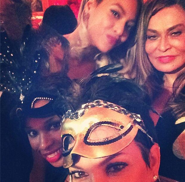 """Matka Kardashian CHWALI SIĘ """"SAMOJEBKĄ"""" z Beyonce!"""