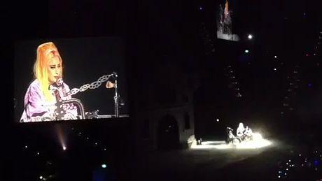 Gaga śpiewa nową piosenkę!